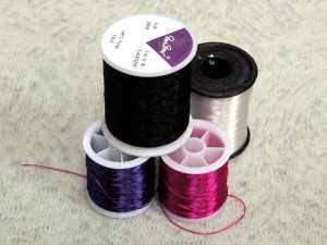 Катушки с разноцветными нитями